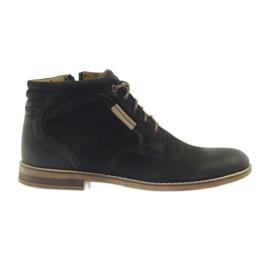 Fekete A Riko csizmáján a férfi cipőjét cipzárja
