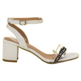 Ideal Shoes bijela Moderan antilop sandale