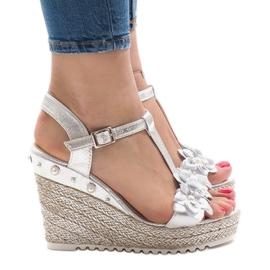 Srebrne klinaste sandale s cvijećem T-682-5 siva