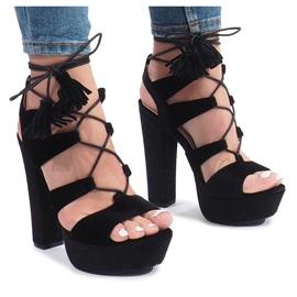 Fekete Crni sandali na stupu izrađenom od jednog veluba