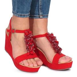 Piros Crveni sandali na Lirisu su klinasti